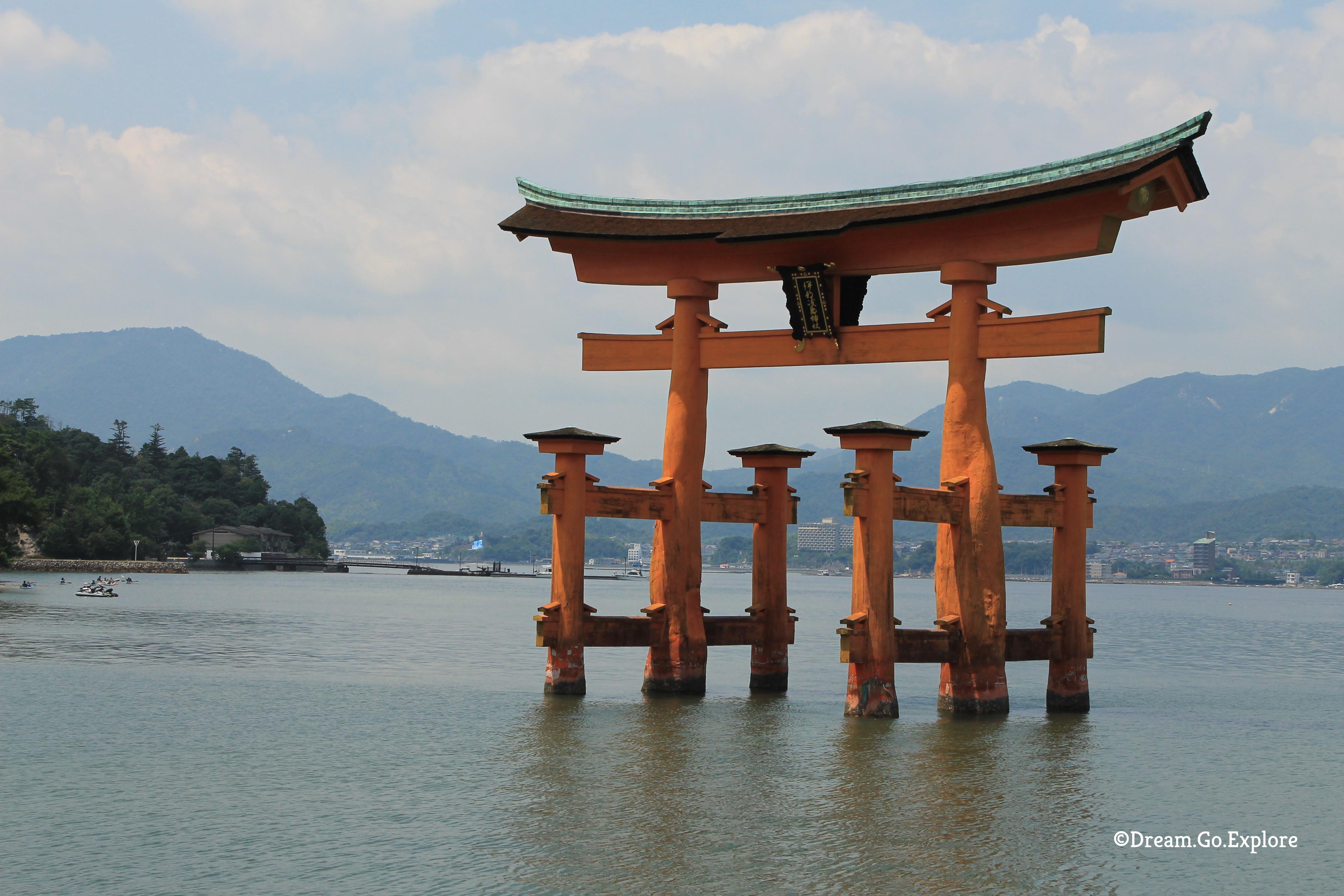 The Itsukushima Shrine on Miyajima Island (Japan) – Der Itsukushima Schrein auf der Insel Miyajima (Japan)